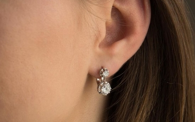 PAIRE DE BOUCLES D'OREILLES DORMEUSES DIAMANTS A diamond and gold pair of ear pendants.