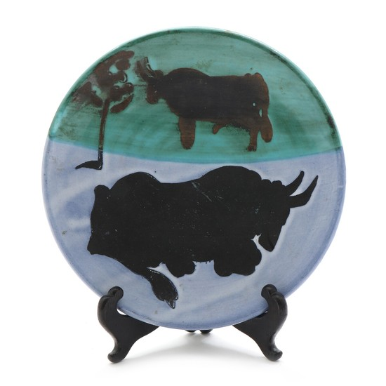 "Pablo Picasso: ""Toros"", 1952. Stamped Edition Picasso, Madoura. Edition 500. A white faience plate with decoration in blue, black and green. Diam. 20 cm."