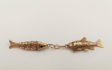 """Pair of articulated """"fish"""" PENDANTS in yellow gold (750‰) chased, guilloché, eyes set with green and red stones."""