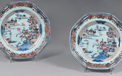 Pair of china plates. Qianlong, 18th century. Octagonal in shape, with Imari decoration and enamels of the Rose Family, in the centre of a lake landscape with a boat, pagodas and birds in a medallion of stylised floral motifs, the wing with a frieze...