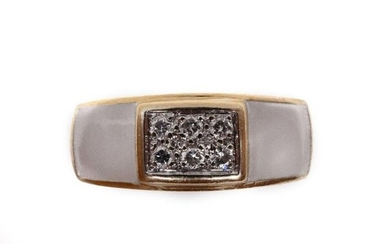 RING in 18K yellow gold holding two white stones and a pavé of brilliant-cut diamonds. French work. TDD: 49. Gross weight: 5.10 gr. A gold, diamond and white stone ring.
