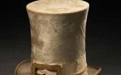 Rare tall hat in ivory velvet with a high cap (H: 20 cm approx.), large grosgrain bourdalou decorated with a gold metal buckle.