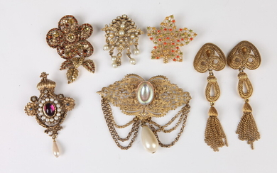 SELECTION OF COSTUME JEWELRY: PAIR OF GOLD-TONE CHANDELIER CLIP EARRINGS...
