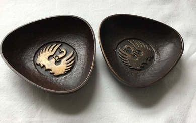 Svend Lindhart: Two three-sided bronze bowls, decorated with swans. Signed Sv. Lindhart 1964. L. on the three sides 10 cm. (2)