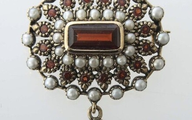 brooch end of 19th century, yellow gold 375, oval brooch, set with facetted garnet stones and seedbeads, a round hanging in the middle of the lower rim, also set with garnet stone and beads, with hallmark of fineness, total weight ca. 6 g, l/h: 2,5/4,5...