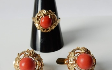 18 kt. Gold - Set of a ring and ear studs set with red coral