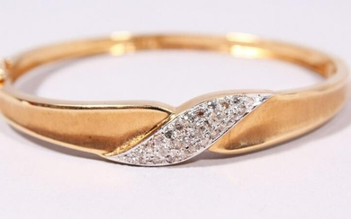 A 14CT YELLOW GOLD BRILLIANT CUT DIAMOND BANGLE with