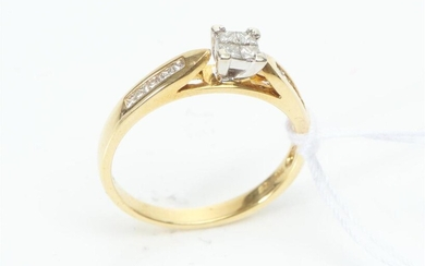 A DIAMOND DRESS RING IN 18CT GOLD, CENTRALLY SET WITH A PRINCESS CUT DIAMOND ESTIMATED 0.50CT, WITH FURTHER DIAMOND DETAIL, SIZE O,...