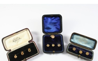 A SET OF FOUR 9CT GOLD DRESS BUTTONS each with engraved foli...