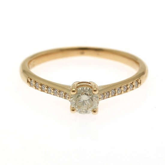A diamond ring set with a brilliant-cut diamond flanked by numerous brilliant-cut diamonds, totalling app. 0.40 ct., mounted in 14k gold. Size 54.