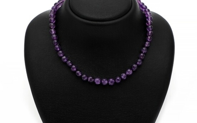 An amethyst necklace set with numerous beads of amethyst and a clasp of 14k white gold. Pearl diam. 8.2 mm. L. 44.5 cm.