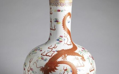 Chinese Art. A large tianchuping porcelain vase decorated with dragon and phoenix China, late 19th-early 20th century . Sporious Qianlong mark at the base. Cm 38,00 x 60,00.
