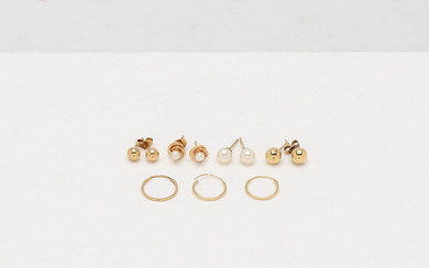 EARRINGS, 5 pairs, 18K gold, among other things with cultured pearls. Total weight about 3. 5 g.