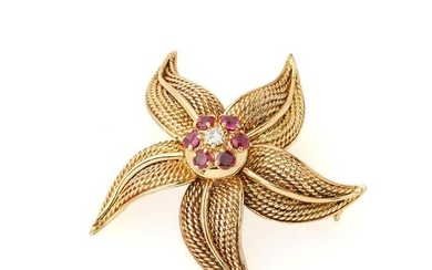 Flower brooch in 18K (750/°°) gadrooned yellow gold, the pistil centered on a diamond in a ruby surround. Gross weight: 19g