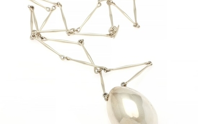 Georg Jensen: A sterling silveer nedcklace with an egg-shaped pendant. Design 122. Weight app. 73 g. L. 85 cm. Georg Jensen after 1945.