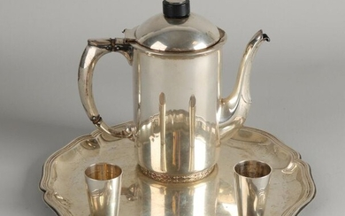 Lot with a silver coffee pot, 830/000, marked: Thune, 15 cm, two liqueur glasses, 800/000, Wilkens & Danger, 43 mm, and a round contoured silver platter, 830/000. ø 23cm. Total approx 656 grams. In good condition
