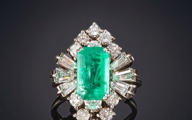 RING WITH EMERALD CENTER RECTANGULAR SIZE OF BEAUTIFUL...