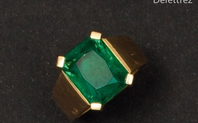 Yellow gold ring, decorated with a rectangular emerald...