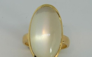 Yellow gold ring, the oval bezel set with an important moonstone cabochon. Gross weight 14,7 g
