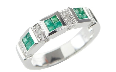 AN EMERALD AND DIAMOND RING IN 18CT WHITE GOLD, COMPRISING CARRÉ CUT EMERALDS SPACED WITH ROUND BRILLIANT CUT DIAMONDS, SIZE M-N, 5...