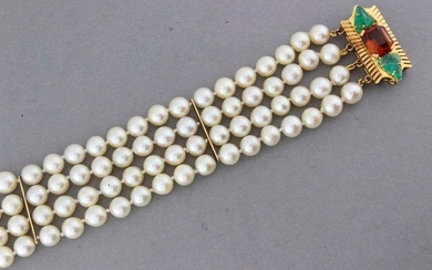 Bracelet four rows of pearls, the gold clasp...