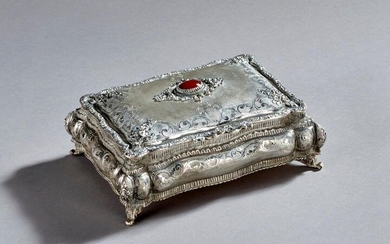 Engraved silver jewelry box with interlacing and flower decoration. It is set in its center with a fine cabochon stone.