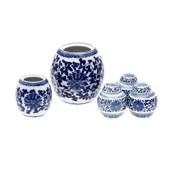 Five Chinese miniature jars, in Ming style porcelain, 20th Century.