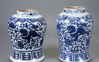 Pair of tibores in white and blue Chinese porcelain, 19th century. Height: 31 cm. Exit: 180uros. (29.949 Ptas.)