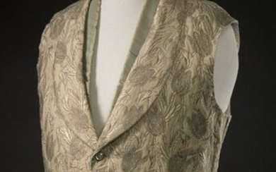 Rare men's ivory silk vest brocaded with ivory and silver tulips, with shawl collar and closed by five removable mother-of-pearl buttons encircled with gilded metal. One gusset pocket and two side pockets. Still has its removable half-neck in water...