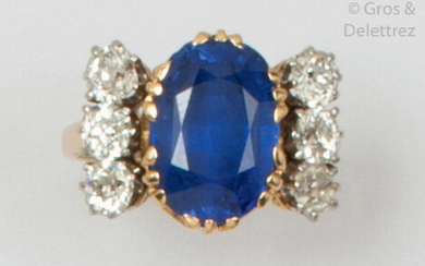 Yellow gold ring set with a cushion sapphire,...