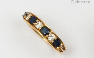 Yellow gold wedding band adorned with oval facetted sapphires alternating with brilliant-cut diamonds. The ring is composed of three lines of gold. Finger size: 54. Rough: 3.8g.