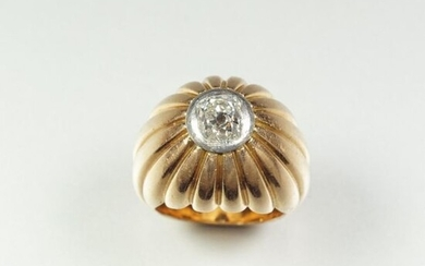 18K (750/oo) gadrooned yellow gold dome ring set...