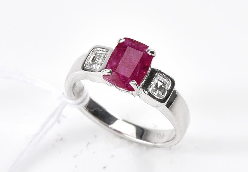 A RUBY AND DIAMOND RING IN 18CT WHITE GOLD, RING SIZE M