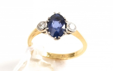 A SAPPHIRE AND DIAMOND RING IN 18CT GOLD, SIZE M