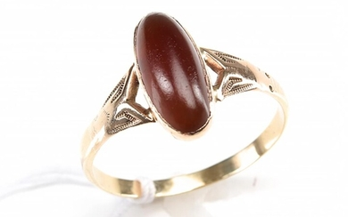 AN ANTIQUE CABOCHON CARNELIAN SET RING IN 9CT GOLD, SIZE S-T, 2.6GMS