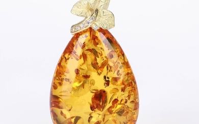 House of Amber. Pendant of 18 kt. gold with cognac amber and brilliant-cut diamonds. 12.7 g.