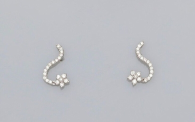 Movement earrings in white gold, 750 MM, covered with diamonds, size 17 x 10 mm, weight: 2.25gr. rough.