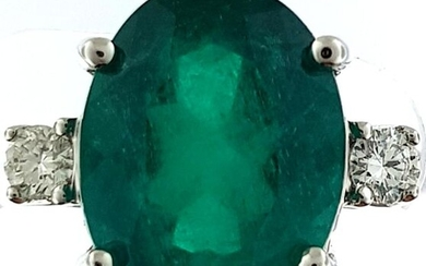 Ring in 750°/°°° white gold set with a 7 ct. emerald from Colombia, two diamonds on the shoulder, Finger size 54, (round cut), Gross weight: 5,93g