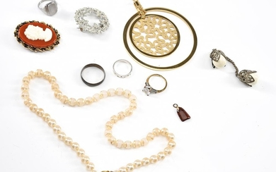 A COLLECTION OF COSTUME JEWELLERY INCLUDING A NECKLACE, RINGS, BROOCHES, PENDANT ETC (A/F)