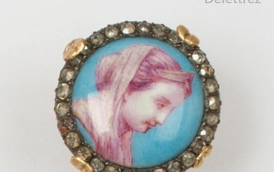 A chased yellow gold ring set with a painted miniature representing the profile of a princess in a ring of rose-cut diamonds. Finger size: 53. P. Rough: 9.1g.