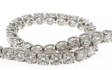 A diamond bracelet set with numerous brilliant-cut diamonds weighing a total of app. 8.95 ct., mounted in 18k white gold. TW/VVS. L. 18.5 cm.
