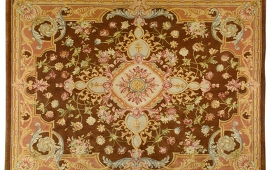 Important carpet at the point of the Soap Factory of the XXth of style XVIIth century. Wool velvet on cotton foundations. Tobacco field with a central cruciform medallion with reserves of royal fleurs-de-lis and garlands of floral compositions in...