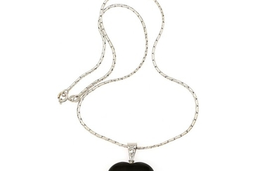 Magnus Enna, Reeslev: An onyx and diamond pendant set with a polished onyx and two diamonds, mounted in 14k white gold. Chain of 18k white gold. L. 43 cm. (2)