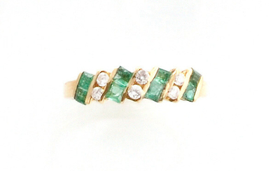 RING in 14K yellow gold, set with 6 brilliant-cut diamonds and 8 calibrated emeralds. TDD: 49. Gross weight: 1.7 gr. A yellow gold and emerald ring.