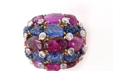 RING in 18K yellow gold holding sapphires and rubies engraved with a foliage motif punctuated with brilliant-cut diamonds. TDD: 53. Gross weight : 23.24 gr. A sapphire, ruby, diamond and gold ring.