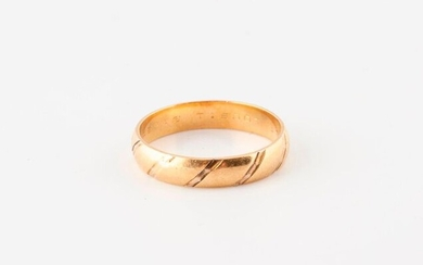 Wedding band in yellow gold (750) with a diagonal pattern.