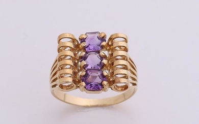 Yellow gold ring, 750/000, with amethyst. Openwork ring