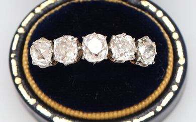 A FIVE STONE DIAMOND SET RING.