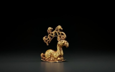 A GOLD NOMAD CHIEF CAP CREST, LATE 3RD CENTURY BC
