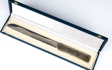 A STERLING SILVER HANDLED CHALLAH KNIFE BY LUDWIG